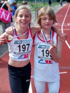 Trotse winnaars op de 1000 meter: Babs won goud en Jeppe zilver in zijn run!
