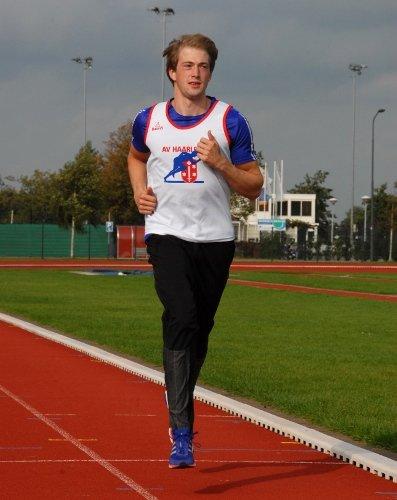 Jurgen Wielart hardlopend op de atletiekbaan